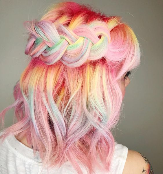 Chica con cabello teñido en tonos pastel; Ideas para pintarte el cabello de un color que nunca imaginaste