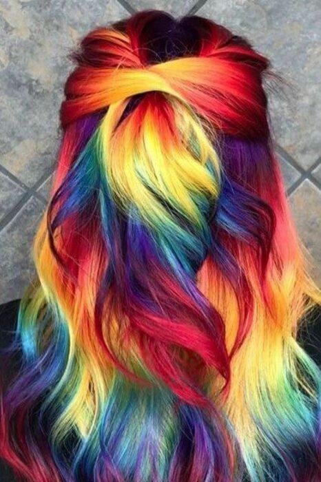 Chica con cabello teñido en tonos fluorescentes; Ideas para pintarte el cabello de un color que nunca imaginaste
