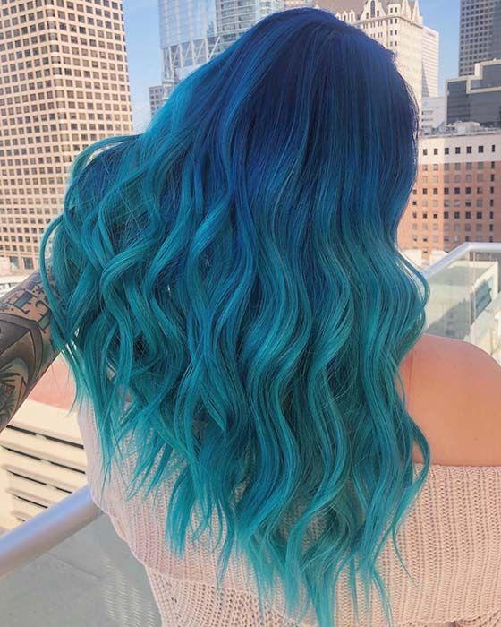 chica con cabello ondulado en balayage azul y verde; Ideas para pintarte el cabello de un color que nunca imaginaste