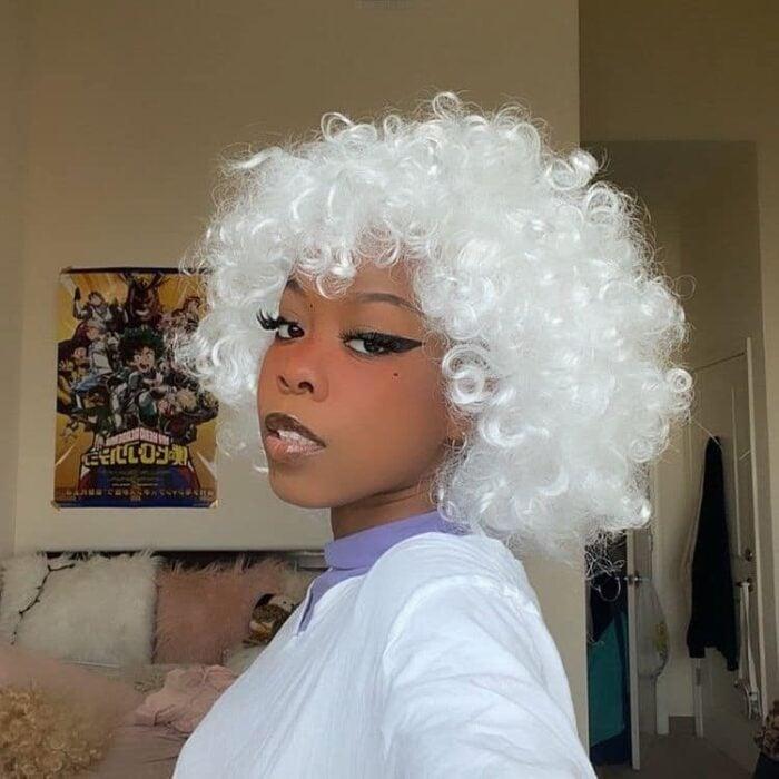 Chica con el cabello rizado y teñido de color platinando