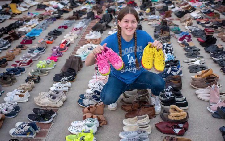 Chica sosteniendo varios pares de zapatos; Joven dona 30 mil pares de zapatos a personas sin hogar y crea una fundación