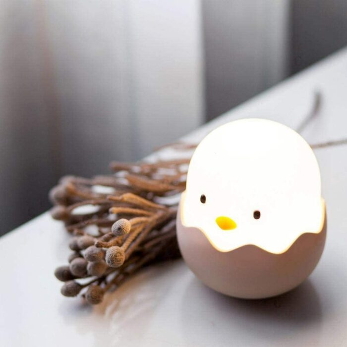 Lampara de mesa en forma de huevo con pollito dentro; Lamparas bonitas que desearas