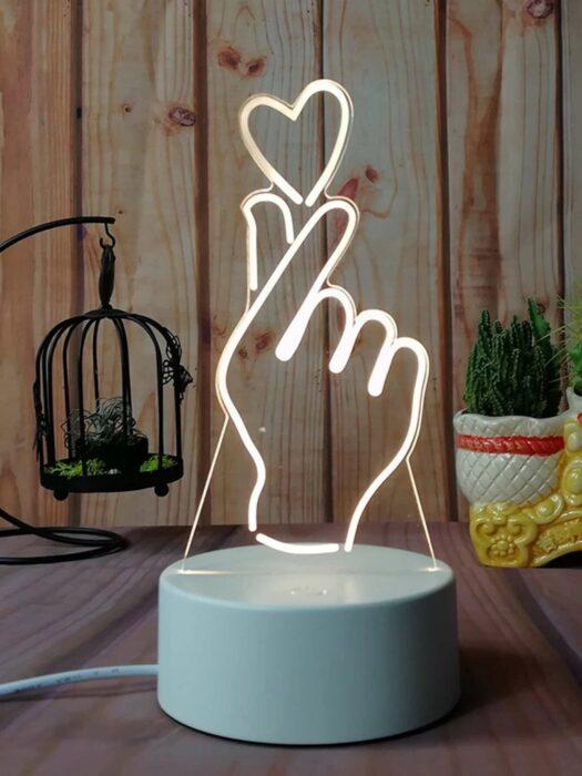 Lampara en forma de manos haciendo un corazón; Lamparas bonitas que desearas