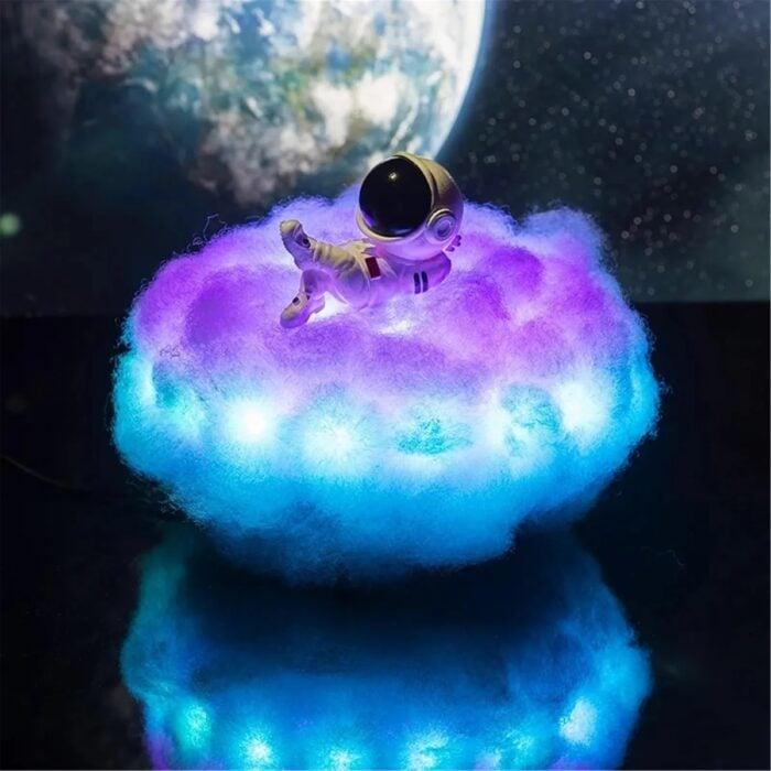 Lampara en forma de astronauta sobre una nube; Lamparas bonitas que desearas