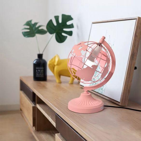 Lampara en forma de globo terráqueo en tono rosa pastel; Lamparas bonitas que desearas