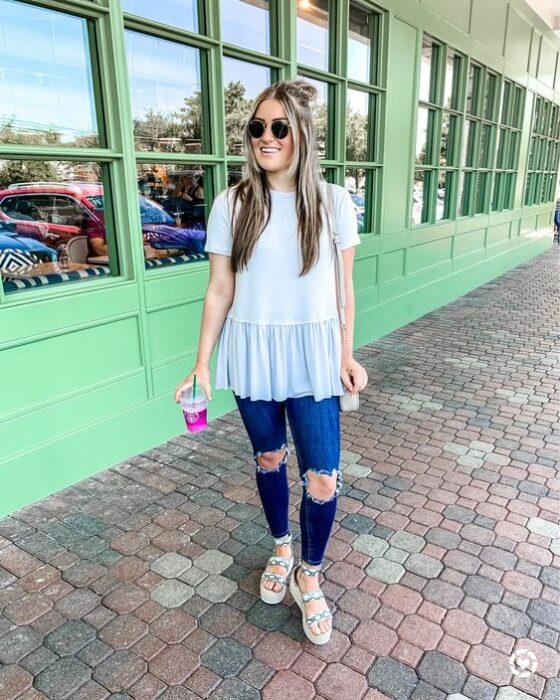 Chica usando unos jeans con blusa azul y sandalias de plataforma