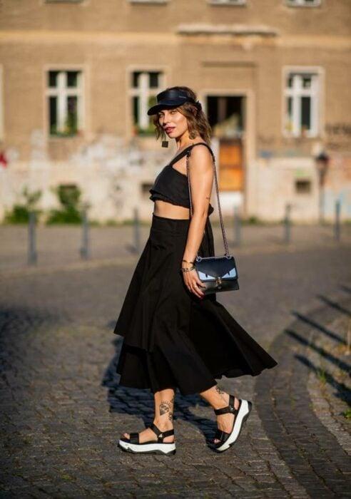 Chica usando falda larga con un top y sandalias de plataforma