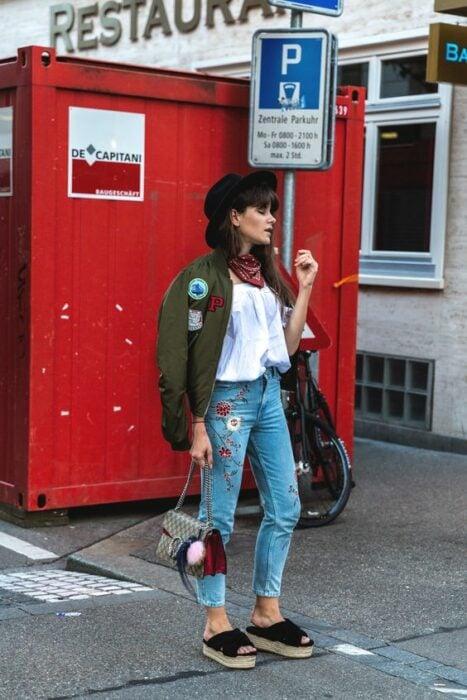 Chica usando un outfit de pantalón de mezclilla con sandalias de plataforma