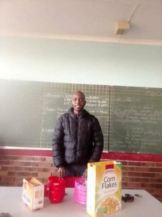 Maestro sonriendo frente a un tazón lleno de comida; Maestro invierte todo su sueldo para darle de comer a sus alumnos en Sudáfrica (2)