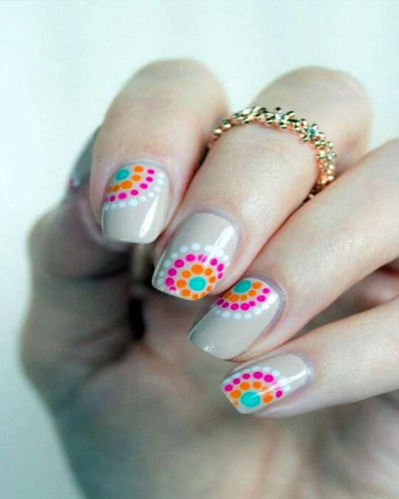 manicura en tono café con puntos de colores; Manicuras con puntitos de colores