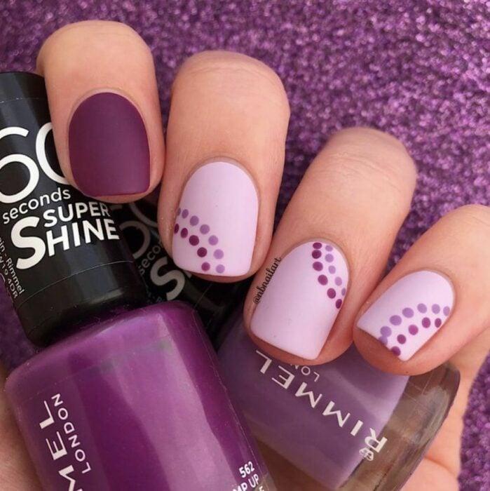 Manicura en tono lila con morado en puntos; Manicuras con puntitos de colores