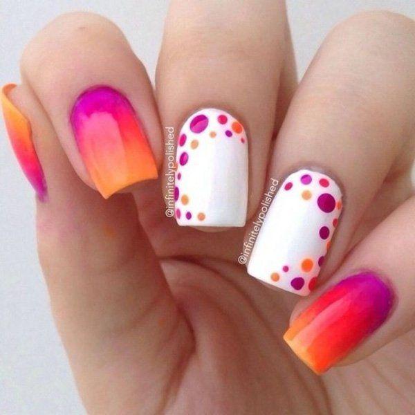 Manicura degradada en tono naranja con morado; Manicuras con puntitos de colores