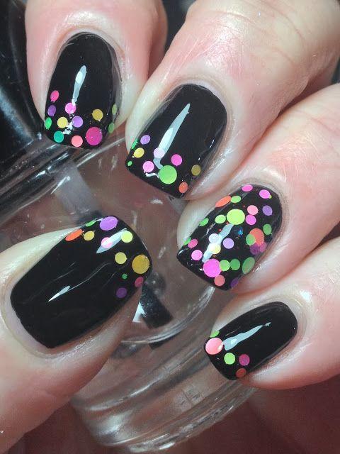 manicura en tono negro con puntos de colores fluorescentes; Manicuras con puntitos de colores