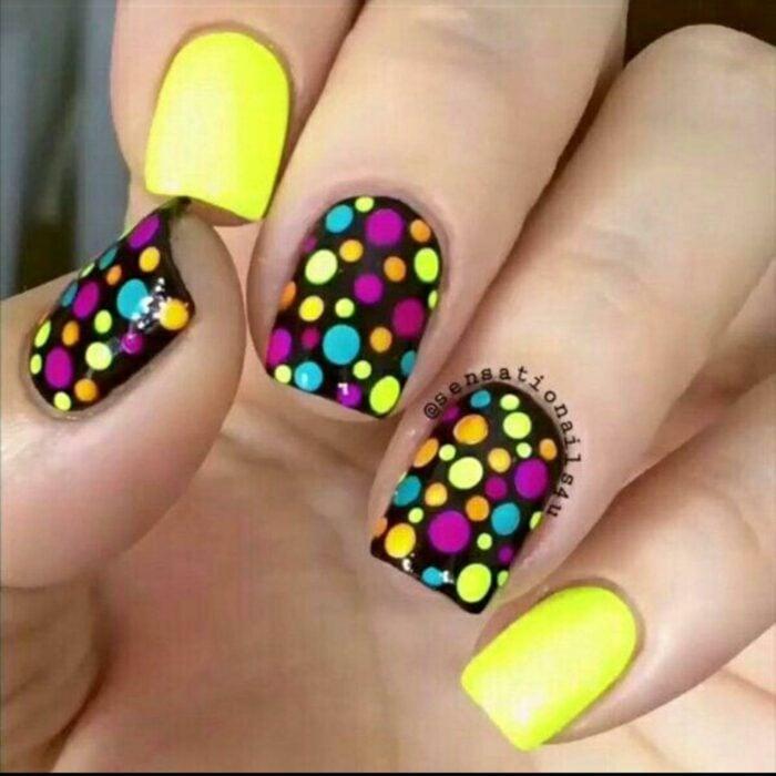 manicura en tono amarillo fluorescente con puntos de colores; Manicuras con puntitos de colores