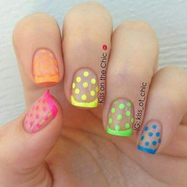 manicura en tonos fluorescentes en forma de puntos; Manicuras con puntitos de colores
