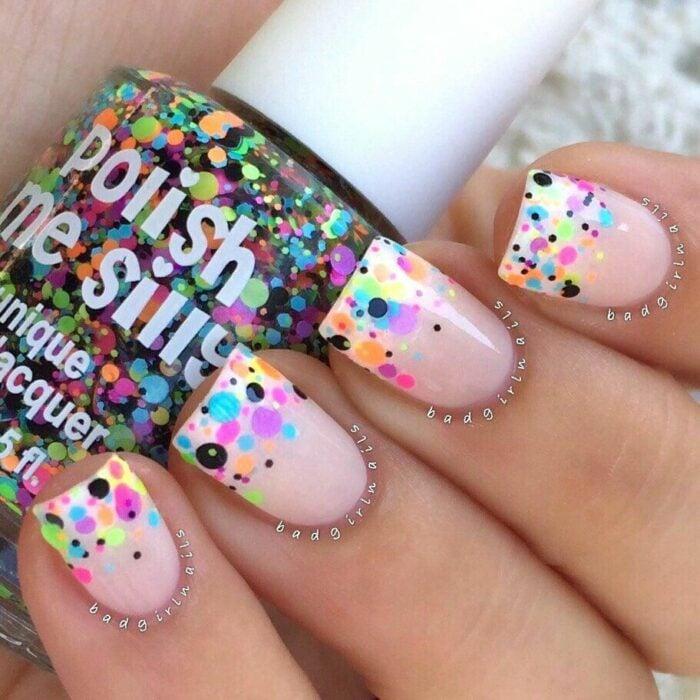 Manicura en tono rosa palo con  puntos fluorescentes; Manicuras con puntitos de colores