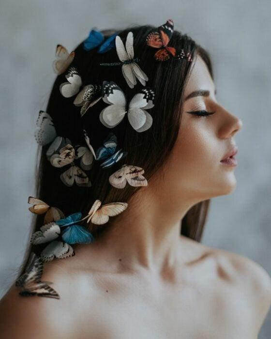 Chica de perfil con mariposas en el cabello; Maquillaje de primavera que amarás