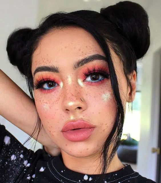 Chica con peinado doble cin y maquillaje con glitter; Maquillaje de primavera que amarás
