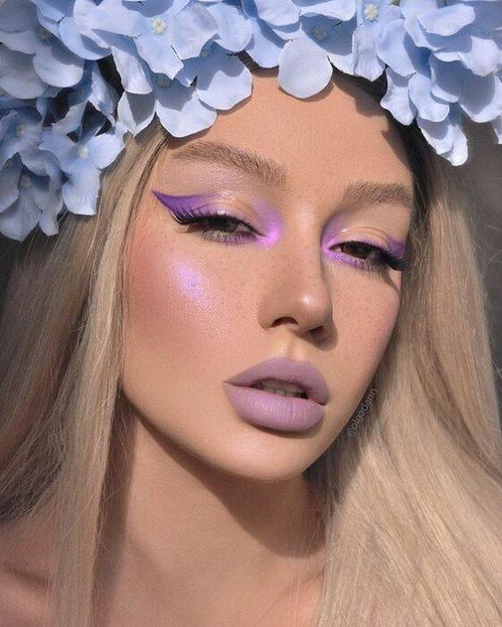 chica con corona de flore sy maquillaje en tono lila; Maquillaje de primavera que amarás