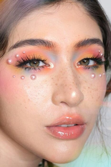 Chica con maquillajes en tonos pastel y con medias perlas; 13 Maquillajes aesthetic para presumir en tu IG