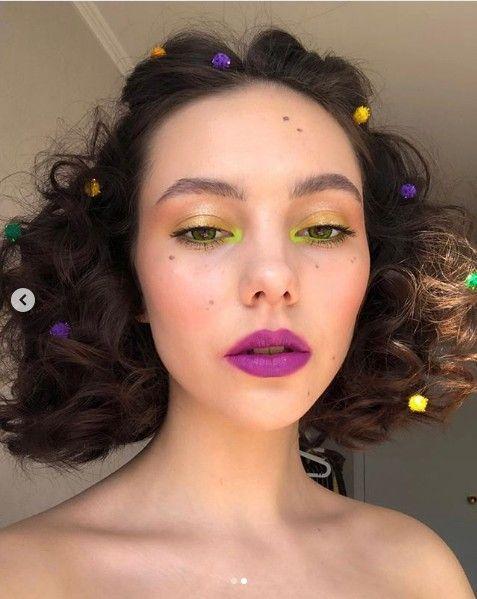 chica con labios morados y sombra verde; 13 Maquillajes aesthetic para presumir en tu IG