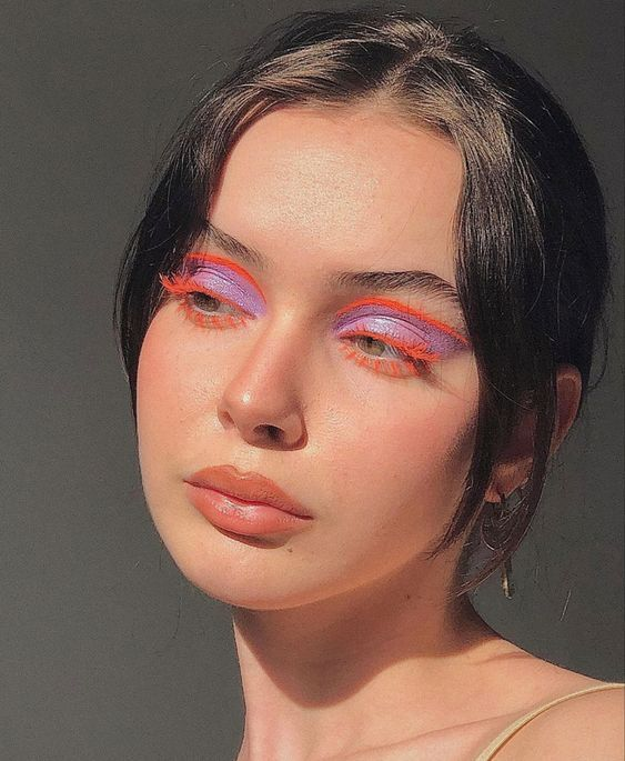 chica con maquillaje de ojos lila y naranja; 13 Maquillajes aesthetic para presumir en tu IG