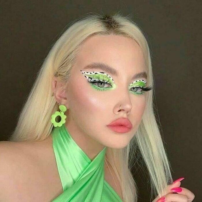 chica con maquillaje verde y delineado blanco; 13 Maquillajes aesthetic para presumir en tu IG