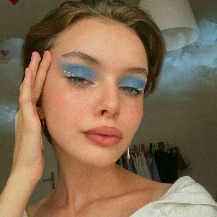 chica con maquillaje azul en ojos; 13 Maquillajes aesthetic para presumir en tu IG