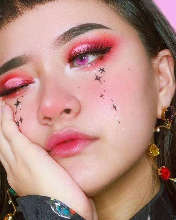 chica con maquillaje rosa con estrellas plateadas; 13 Maquillajes aesthetic para presumir en tu IG