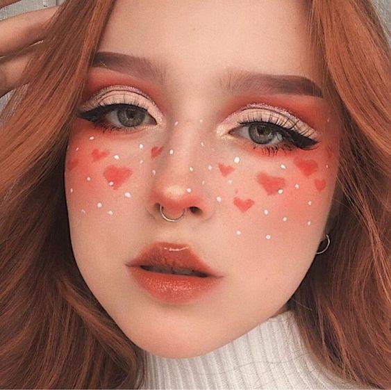 chica con maquillaje en tono rojo con forma de corazón; 13 Maquillajes aesthetic para presumir en tu IG