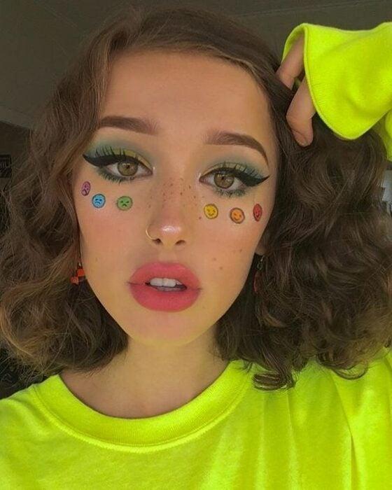 chica con maquillaje en tono rosa con corazones de tonos fluorescentes; 13 Maquillajes aesthetic para presumir en tu IG