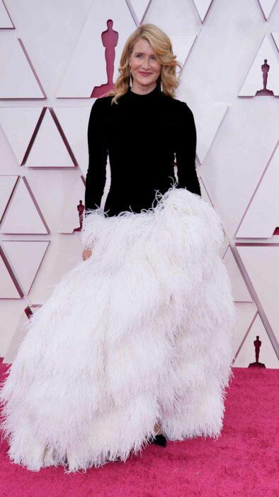 Laura Dern usando un vestido de color blanco con negro en los Óscar 2021