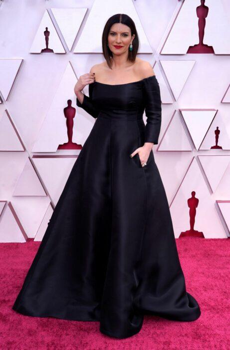 Laura pausini usando un vestido de color negro en la entrega de premios Oscar