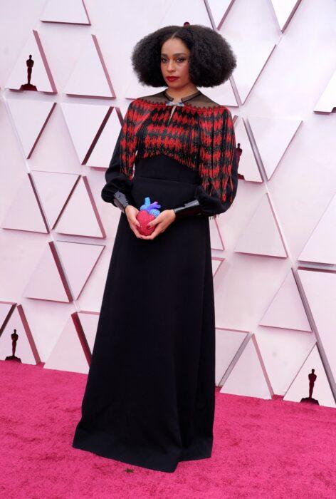 Celeste Waite usando un vestido de color negro con rojo en la entrega de premios Óscar 2021
