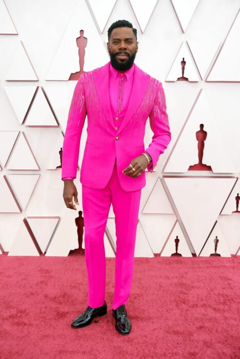 Colman Domingo usando un vestido totalmente rosado en la entrega de premios  Óscar 2021