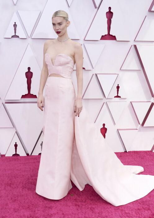 Vanessa Kirby en la alfombra roja de los oscar usando un vestido de color rosa