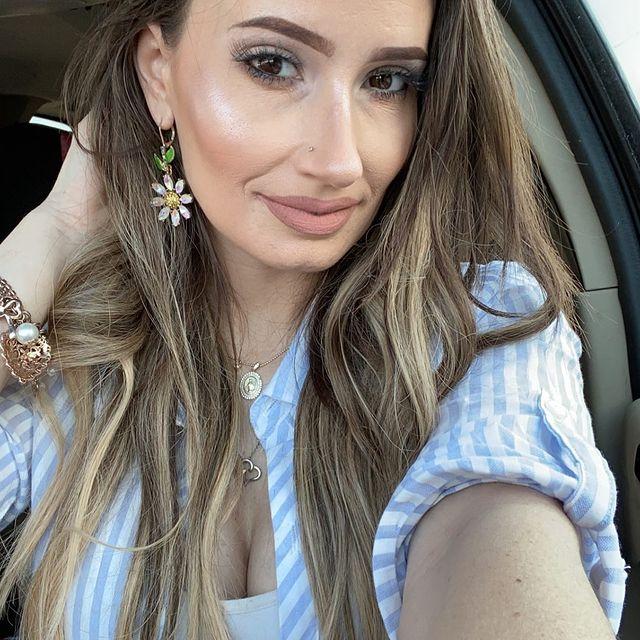 Chica usando una blusa con rayas en color azul