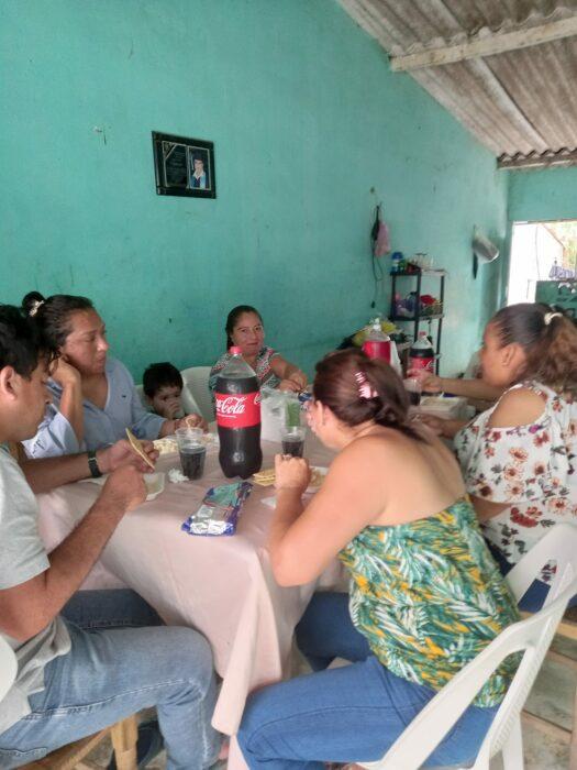 Mujer celebrando su divorcio junto a su familia en una comida familiar en el patio de su casa