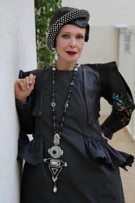 Mujer de la tercera edad vestida de color negro