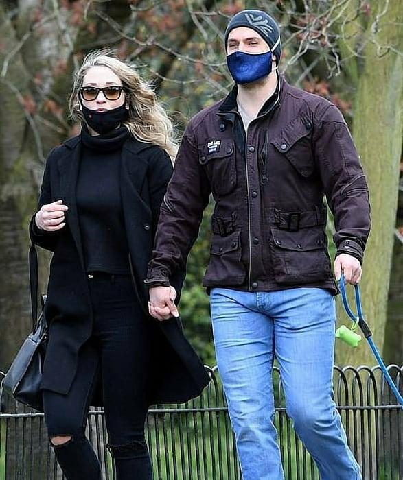 Henry Cavill y Natalie Viscuso tomados de la mano y caminando por las calles