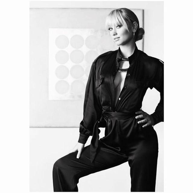 Natalie Viscuso posando para una fotografía en blanco y negro