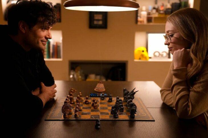 Henry Cavill y Natalie Viscuso jugando ajedrez