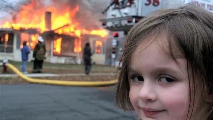Meme disaster girl. Niña sonriendo mientras ve una casa en llamas