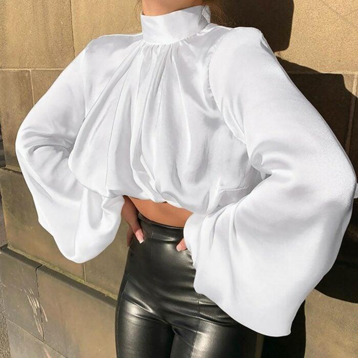 Chica usando una blusa de satín de color blanca