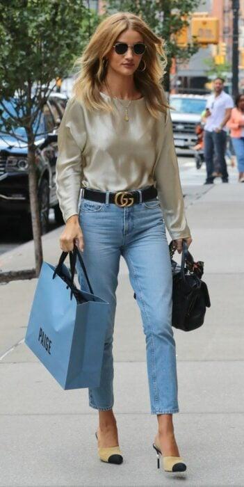 Chica usando jeans y una blusa de satín en color café