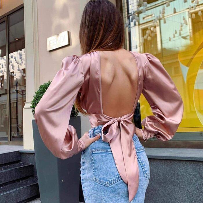 Chica usando una blusa de satín de color rosa