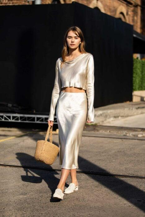 Chica usando una blusa de satín de color beige