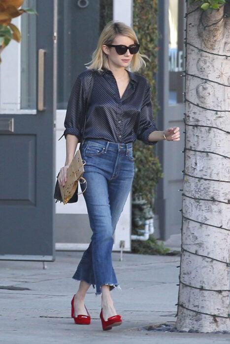 Chica usando una blusa de satín de color azul