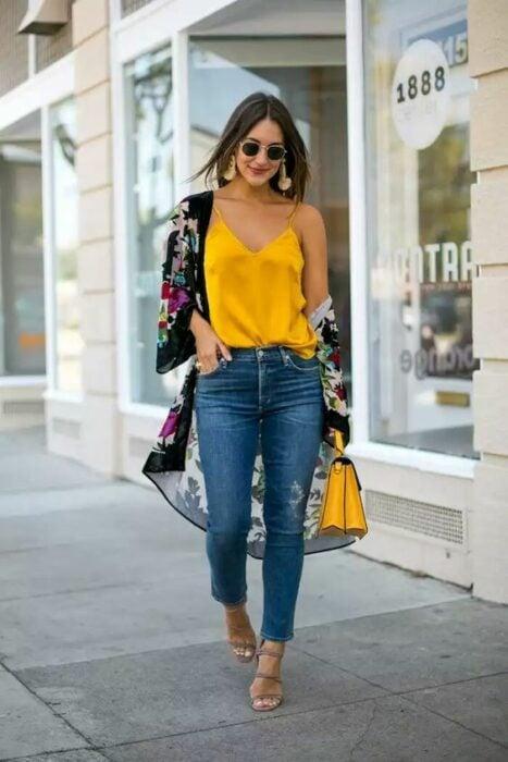 Chica usando una blusa de satín de color amarilla