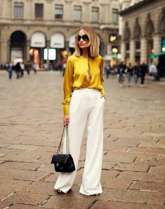 Chica usando una blusa de satín de color amarillo